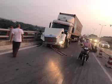 Chiếc xe container đâm liên hoàn trên cầu Thanh Trì.