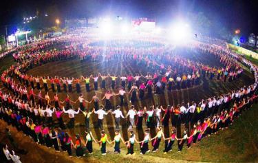 Năm 2013, Hội đồng kỷ lục Guinness Việt Nam đã trao chứng nhận Màn đại xòe cổ lớn nhất Việt Nam cho thị xã Nghĩa Lộ với 2.013 người tham gia.