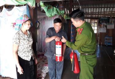 Công an huyện Mù Cang Chải kiểm tra công cụ chữa cháy tại cơ sở dịch vụ lưu trú.