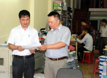 Cán bộ Chi cục Thuế thành phố Yên Bái hướng dẫn hộ kinh doanh kê khai thuế.