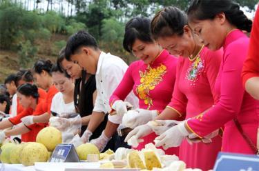 Hội thi bóc bưởi độc đáo, hấp dẫn trong Lễ hội Bưởi Đại Minh và đua thuyền trên hồ Thác Bà.