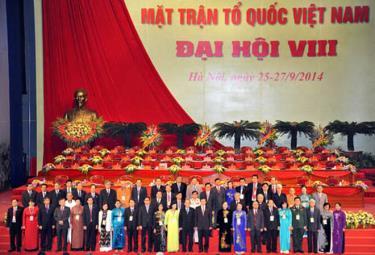 Đoàn Chủ tịch Ủy ban Trung ương MTTQ Việt Nam khóa VIII ra mắt Đại hội.