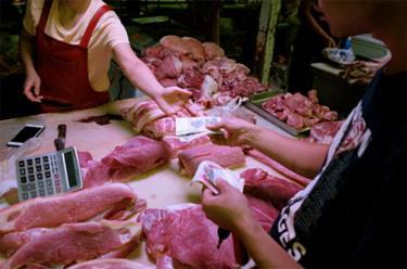Một quầy bán thịt heo tại Bắc Kinh, Trung Quốc.