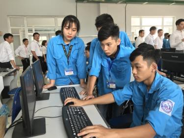 Sinh viên Trường Cao đẳng Nghề Yên Bái trong giờ học môn Tự động hóa