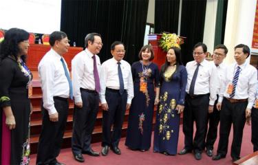 Đồng chí Phùng Quốc Hiển - Phó Chủ tịch Quốc hội (thứ 3, từ trái sang) trao đổi với đại biểu Thường trực HĐND các tỉnh trung du, miền núi phía Bắc tại tỉnh Sơn La.