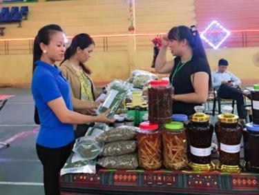 Các xã, phường đang sắp xếp sản phẩm địa phương chuẩn bị cho Hội chợ.