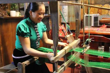 Chị Hà Thị Chinh ở bản Đêu 2, xã Nghĩa An, thị xã Nghĩa Lộ lưu giữ nghề dệt thổ cẩm truyền thống của người dân tộc Thái Mường Lò.