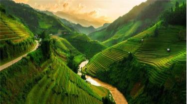 Mù Cang Chải là một trong những vùng núi đẹp nhất thế giới thuộc huyện miền Tây của tỉnh Yên Bái, cách Hà Nội khoảng 300km. Gần đây, địa danh này được độc giả của trang web du lịch Mỹ Insider bình chọn là 1 trong 19 điểm đến đáng ghé thăm nhất thế giới.