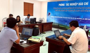 Các phóng viên báo chí của trung ương và địa phương tác nghiệp tại Trung tâm báo chí.