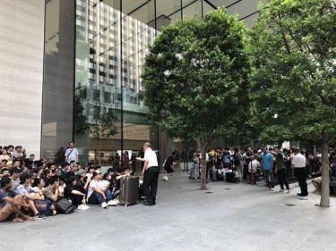 Người mua iPhone 11 tập trung trước cửa hàng Apple trên đường Orchard ở Singapore.