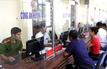 Cán bộ, công chức Bộ phận Phục vụ hành chính công huyện Văn Yên tiếp nhận hồ sơ của người dân.