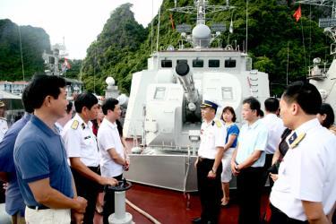 Đồng chí Nguyễn Minh Tuấn - Ủy viên Ban Thường vụ, Trưởng ban Tuyên giáo Tỉnh ủy trao đổi với chỉ huy, chiến sỹ Hải đội 135, Lữ đoàn 170. Ảnh: Đặng Tùng (Báo Hải quân Việt Nam)