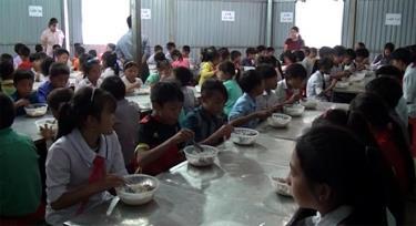 Học sinh Trường Phổ thông Dân tộc bán trú Tiểu học và Trung học cơ sở Phình Hồ trong giờ ăn trưa tại trường.