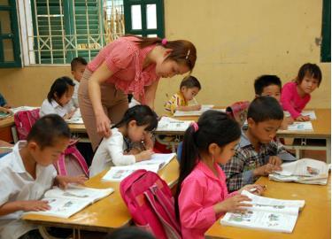Trẻ trong độ tuổi học sinh tiểu học là người dân tộc thiểu số đi học luôn đạt từ 99 đến 100%.