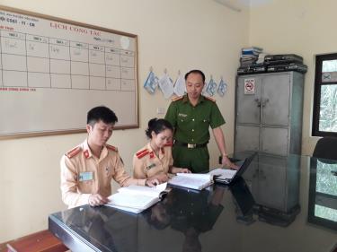 Trung tá Vương Cao Lượng chia sẻ kinh nghiệm công tác với cán bộ, chiến sỹ trẻ.