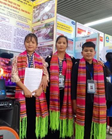 Cô Chu Thị Tú Liên (giữa) cùng hai em Lường Thị Hoài Hương và Lường Quang Duy đoạt giải Nhì Cuộc thi Sáng tạo khoa học kỹ thuật cho học sinh trung học năm học 2018 - 2019.