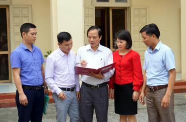 Đồng chí Cao Xuân Chiểu - Phó Bí thư Đảng ủy Khối Doanh nghiệp tỉnh trao đổi với cán bộ, đảng viên trong Đảng bộ về giải pháp triển khai thực hiện Đề án số 04 của Tỉnh ủy.