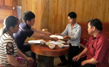 Leaders of Tram Tau commune, Tram Tau district help local poor households develop production and escape poverty sustainably.