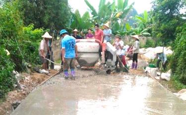 Nông dân thôn An Bình, xã Xuân Long làm đường giao thông nông thôn.