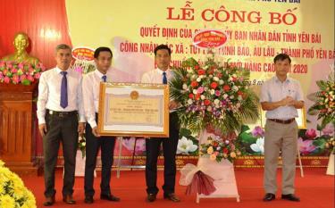 Thừa ủy quyền, lãnh đạo Sở Nông nghiệp và Phát triển nông thôn trao Bằng công nhận xã đạt chuẩn nông thôn mới nâng cao năm 2020 cho xã Tuy Lộc.
