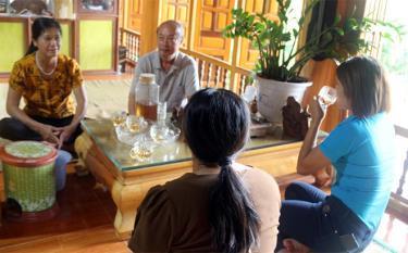 Bà Chu Thị Minh (ngoài cùng bên trái) chuyện trò cùng du khách.