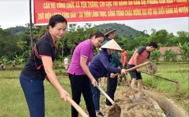 Đoàn viên công đoàn xã Yên Thắng (huyện Lục Yên) và các cơ quan, đơn vị tham gia lao động tình nguyện tại thôn Làng Thọc, xã Yên Thắng.