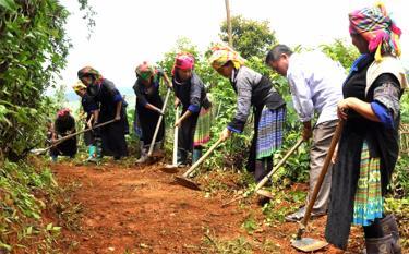 Lãnh đạo xã Chế Cu Nha, huyện Mù Cang Chải cùng nhân dân tu sửa đường giao thông nông thôn.