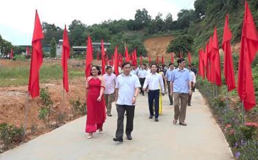 Lãnh đạo thành phố Yên Bái tham quan công trình, phần việc chào mừng Đại hội Đảng bộ tỉnh lần thứ XIX tại tổ 3, phường Minh Tân.