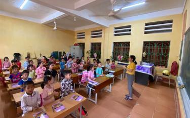Một giờ học của cô và trò Lớp 1 A1 Trường PTDTBT TH&THCS Khao Mang.