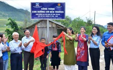 Lãnh đạo huyện Mù Cang Chải, Hội đồng Đội tỉnh, Trường Nguyễn Siêu, xã Dế Xu Phình kéo băng ra mắt công trình.