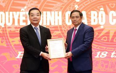 Đồng chí Phạm Minh Chính trao quyết định điều động ông Chu Ngọc Anh làm Phó Bí thư Thành ủy Hà Nội