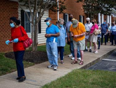 Cử tri tại Virginia, Mỹ xếp hàng bỏ phiếu trực tiếp ngày 18/9.