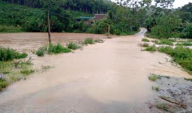 Người dân ở các vùng trũng, thấp, ngầm tràn cần chú ý theo dõi các bản tin cảnh báo thời tiết trên Báo Yên Bái điện tử để chủ động ứng phó với mưa lũ.