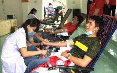 Đoàn viên, thanh niên tham gia hiến máu tình nguyện.