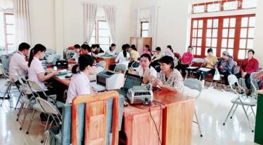 Cán bộ Phòng giao dịch NHCSXH huyện Văn Yên giao dịch tại xã Ngòi A