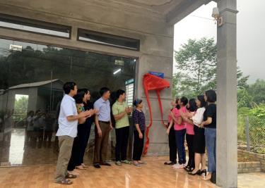 Hội Nữ doanh nhân tỉnh phối hợp với Hội Liên hiệp Phụ nữ tỉnh trao nhà Đại đoàn kết cho gia đình vợ liệt sĩ Long Thị Đô, xã Tân Nguyên, huyện Yên Bình.
