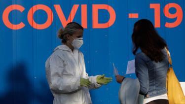Nhân viên y tế hướng dẫn người dân lấy mẫu xét nghiệm Covid-19 ở thủ đô Praha, Séc vào ngày 21-9.