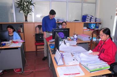 Cán bộ Chi cục Thuế khu vực Trấn Yên, Văn Yên rà soát thủ tục hành chính qua hình thức điện tử.