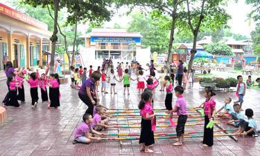 Một giờ chơi của các cháu Trường Mầm non Hoa Huệ, thị xã Nghĩa Lộ.