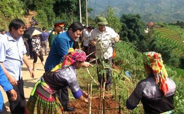 """Phong trào """"Ngày thứ 7 cùng dân"""" ở huyện Mù Cang Chải đã thu hút đông đảo cán bộ, đảng viên tham gia."""