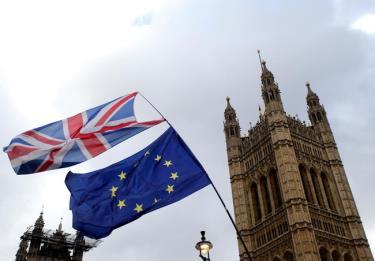 Quốc kỳ Anh (trên) và cờ Liên minh châu Âu (EU) bên ngoài tòa nhà Quốc hội Anh.