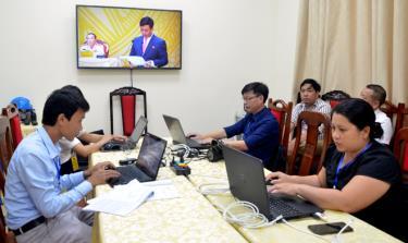 Các phóng viên báo chí trung ương và địa phương tác nghiệp tại Trung tâm báo chí.