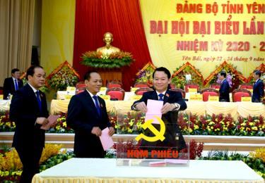 Các đại biểu bỏ phiếu bầu Ban Chấp hành Đảng bộ tỉnh Yên Bái khóa XIX, nhiệm kỳ 2020 - 2025.