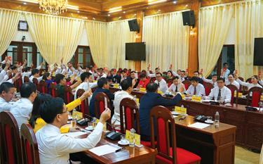 Các đại biểu dự Hội nghị lần thứ Nhất, Ban Chấp hành Đảng bộ tỉnh khóa XIX biểu quyết nhất trí thông qua danh sách bầu Ban Thường vụ Tỉnh ủy khóa XIX, nhiệm kỳ 2020 - 2025.