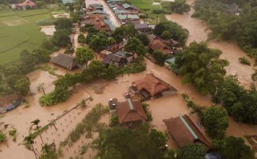 Người dân ở các khu vực trũng, thấp cần chủ động theo dõi các bản tin cảnh báo thời tiết trên Báo Yên Bái điện tử để kịp thời ứng phó với mưa lũ. (Trong ảnh: Ngập nặng ở trung tâm xã Lâm Thượng, huyện Lục Yên sáng ngày 14/9/2020).