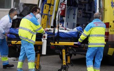 Đưa bệnh nhân Covid-19 tại Tây Ban Nha đi cấp cứu.