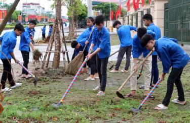 Đoàn viên thanh niên thành phố Yên Bái tham gia lao động vệ sinh trên tuyến đường Nguyễn Tất Thành.