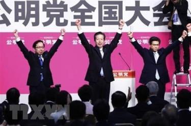 Ông Natsuo Yamaguchi (giữa) sau khi được bầu lại làm Chủ tịch đảng Công minh nhiệm kỳ thứ VII ở Tokyo, Nhật Bản, ngày 27-9-2020.