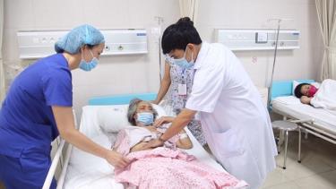 Các bác sỹ thăm khám cho bệnh nhân sau phẫu thuật.