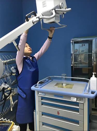Kiểm định viên Trung tâm Ứng dụng, Kỹ thuật, Thông tin KH&CN tỉnh kiểm tra thiết bị y tế tại Bệnh viện Đa khoa tỉnh.